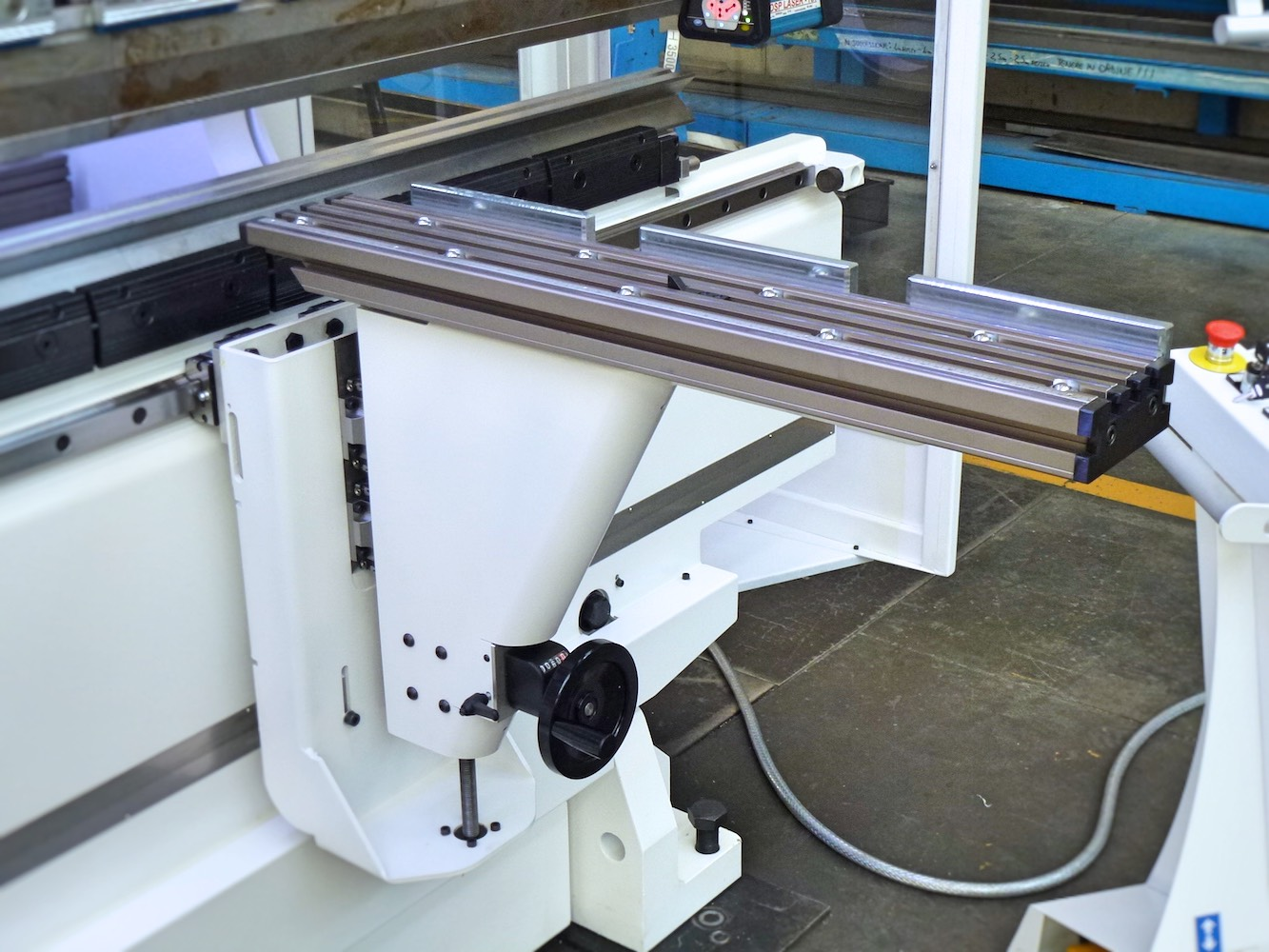 height-adjustable sheet metal support arm - type b