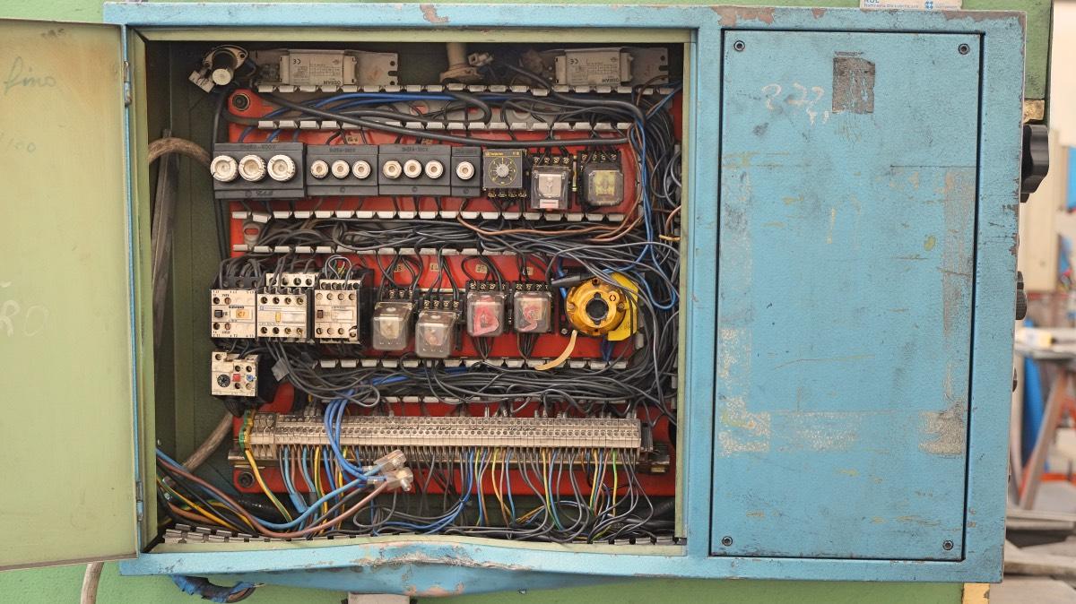 reparación del cuadro eléctrico de una prensa plegadora o de una cizalla