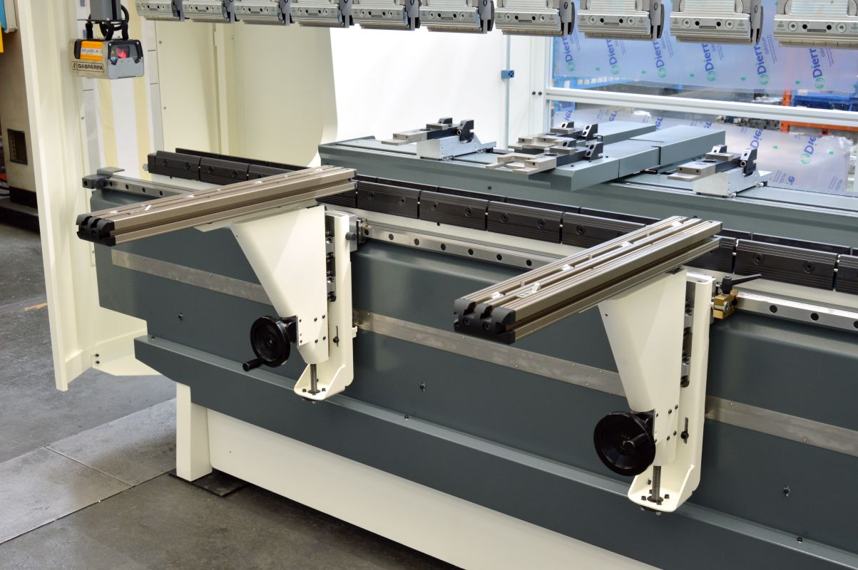 sliding adjustable front supports hydraulic press brake